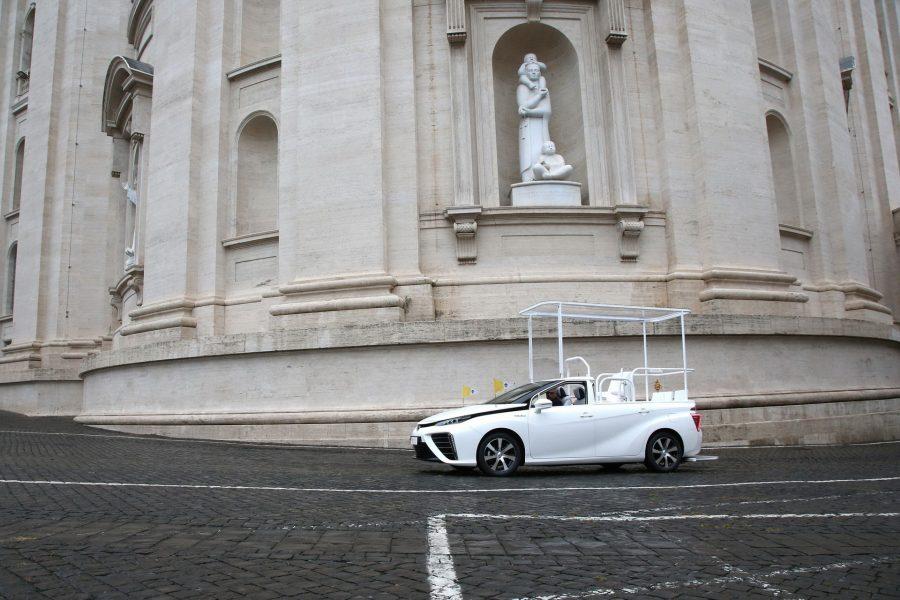 Toyota-Mirai-Popemobile-03